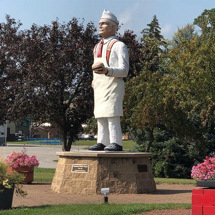 Storia dell'hamburger: Statua di Charlie Nagreen
