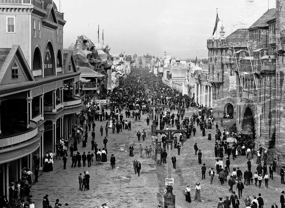Il primo hamburger: Folla di visitatori alla St. Louis World's Fair il 4 giugno 1904 (St. Louis Public Library Digital Collections)