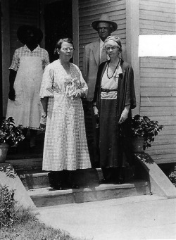 Il primo hamburger: Uncle Fletch, Aunt Ciddy (a sinistra) e Hettie, la sorella di Fletcher Davis (a destra)